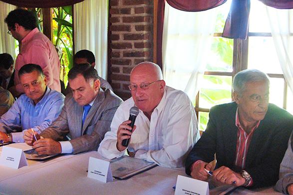 Gelene (Las Flores) Julio Pereyra (Pte. de la FAM), Juan C. Veramendi (Int. Gral. Paz) Juan de Jesús (Dip. Provencial)