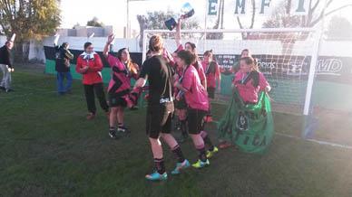 """""""Las Rusticas"""" empataron 0 a 0 con La Plata F.C: Las chicas de Atlético dieron la vuelta olímpica el sábado pasado"""