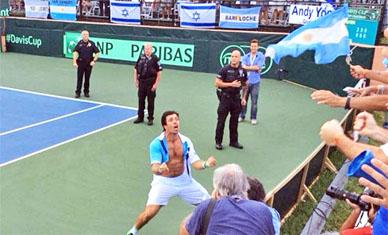 Argentina se quedó en primera, merced a un contundente triunfo de Charly Berlocq