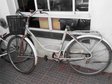 Vehículo incendiado, pedido de paradero y bicicleta hallada