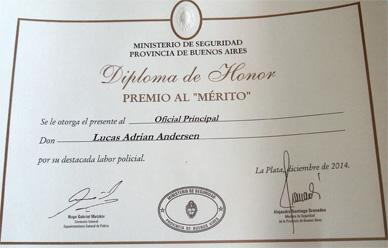 """En la celebración del Día de la Policía Bonaerense ayer: Diploma de Honor al jefe de calle de la Comunal de General Paz por operativo de las """" Toyotas"""""""