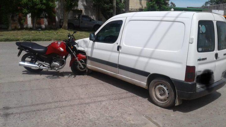Colisión entre Camioneta y Moto en Av. Garay