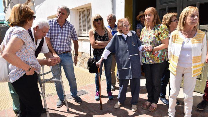 Chascomús: Se plantaron dos árboles Sakura frente a la casa de Alicia Lahourcade