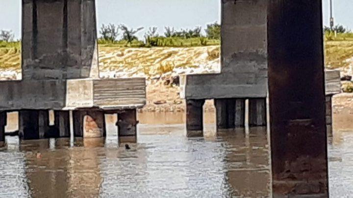 Continua la busqueda del joven desaparecido en aguas del Rio Salado