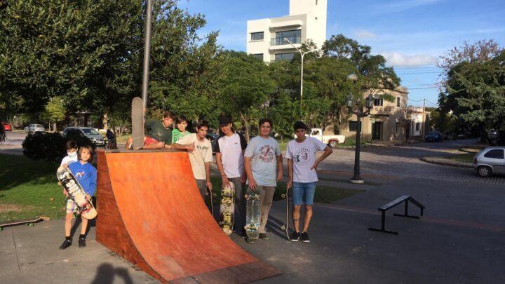 EN LA PLAZA LIBERTAD: Los chicos disfrutan de las nuevas rampas  a la espera del Skate Street Chascomús